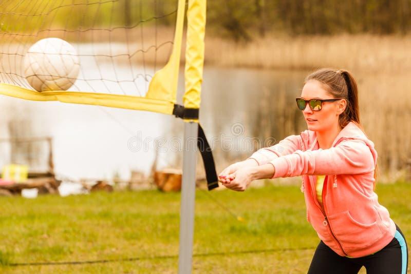 Giocatore di pallavolo della donna all'aperto sulla corte fotografie stock