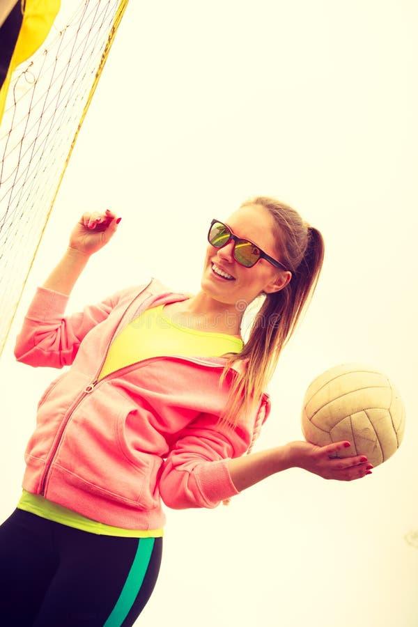 Giocatore di pallavolo della donna all'aperto sulla corte fotografia stock