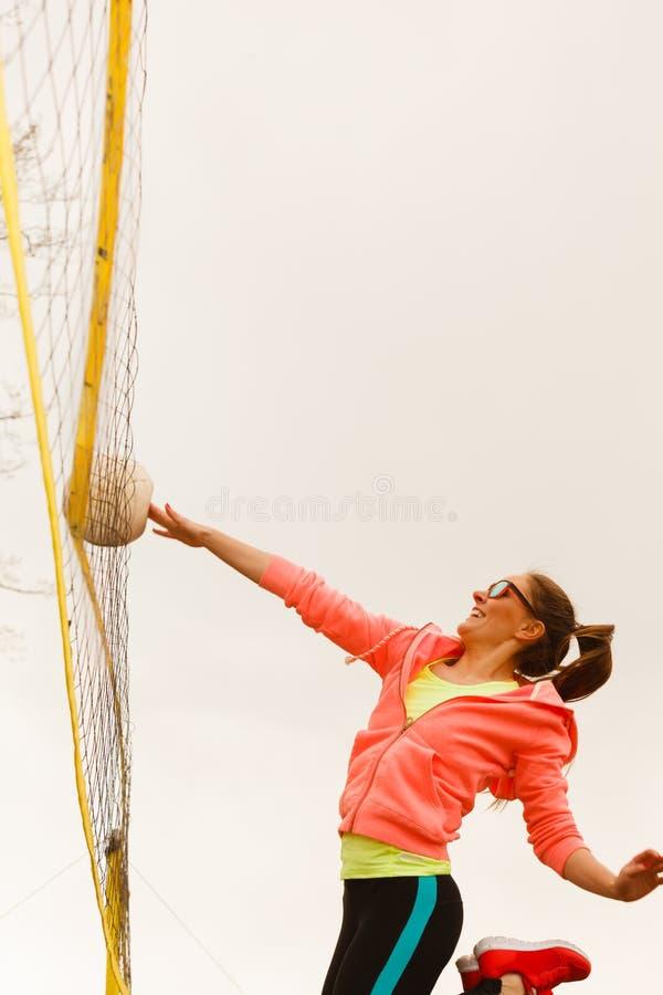 Giocatore di pallavolo della donna all'aperto sulla corte immagini stock libere da diritti