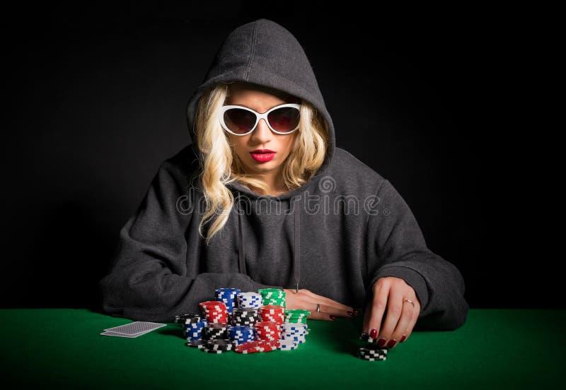 Giocatore di poker professionale con i vetri che fanno il fronte di poker immagine stock