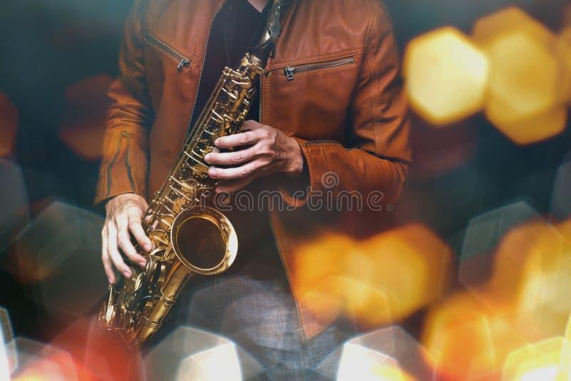 Giocatore di sassofono di jazz nella prestazione sulla fase Filtro colorato immagini stock