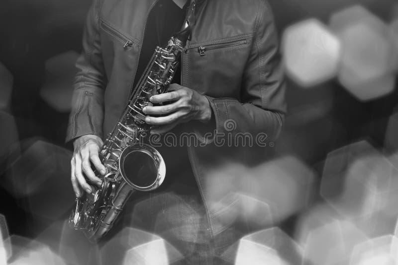 Giocatore di sassofono di jazz nella prestazione sulla fase Filtro colorato immagine stock