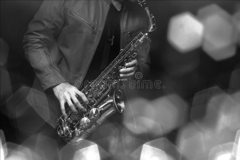 Giocatore di sassofono di jazz nella prestazione sulla fase Filtro colorato fotografie stock libere da diritti