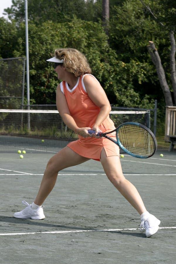 Giocatore di tennis caucasico attivo fotografia stock libera da diritti