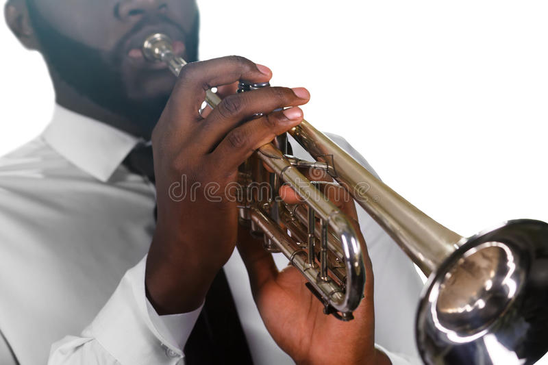 Giocatore di tromba concentrato fotografia stock libera da diritti