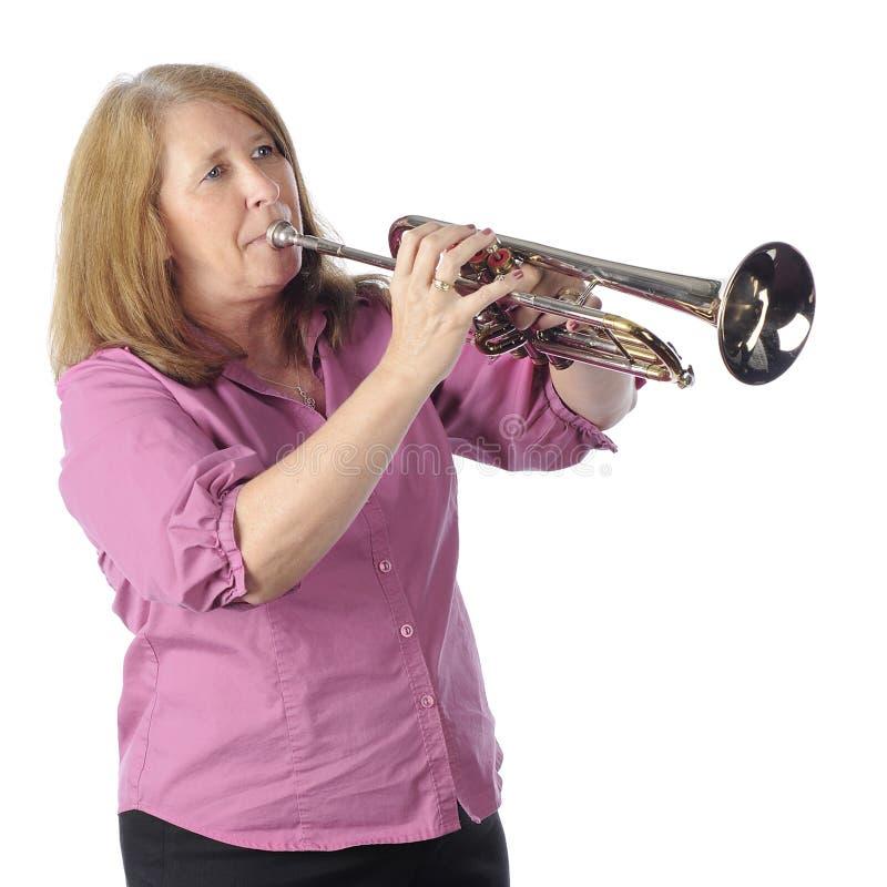Giocatore di tromba maggiore della donna fotografie stock