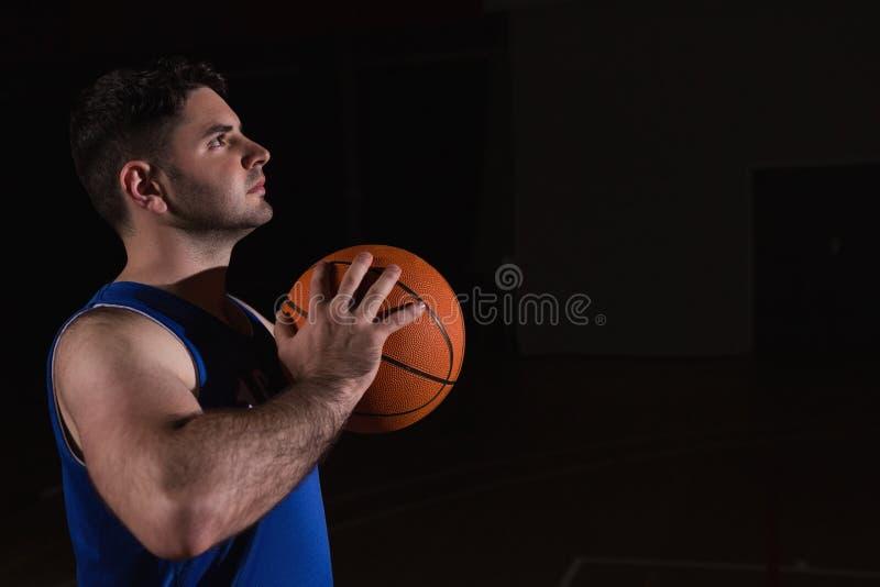 Giocatore pronto a gettare pallacanestro fotografie stock libere da diritti
