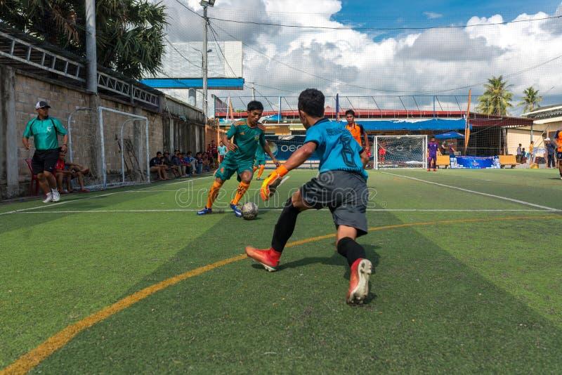 Giocatori cambogiani nell'azione durante il torneo di calcio in Kampot fotografie stock