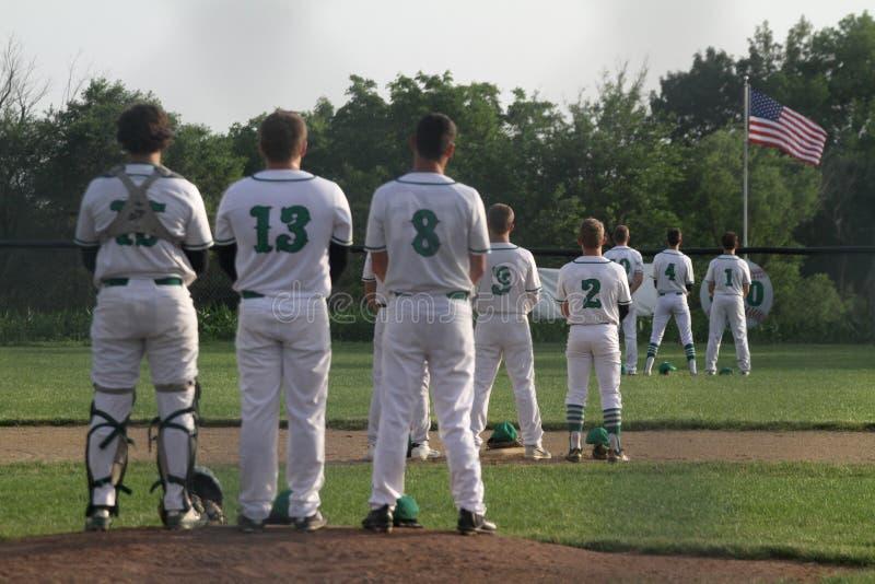 Giocatori di baseball che corrispondono all'inno nazionale immagini stock