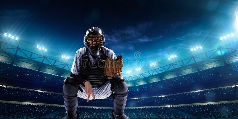 Giocatori di baseball professionisti sulla grande arena di notte immagine stock libera da diritti