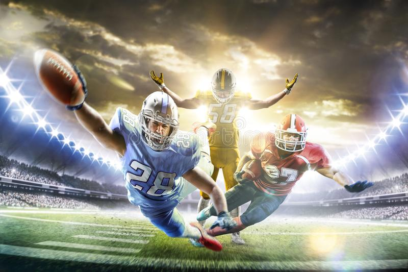 Giocatori di football americano nella grande arena di azione fotografia stock