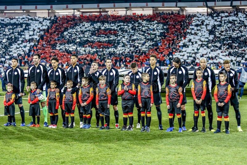 Giocatori di football americano di PSG al campo durante l'inno di UEFA Champions League immagine stock libera da diritti