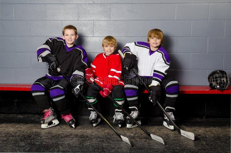 Giocatori di hockey della gioventù nello spogliatoio fotografia stock