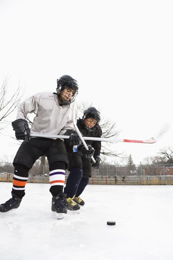 Giocatori di hokey del ghiaccio. immagini stock