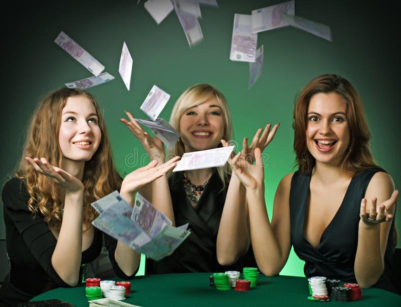 Giocatori di mazza in casinò con le schede ed i chip immagine stock libera da diritti