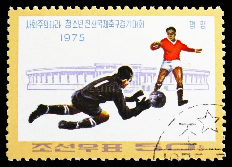 Giocatori e stadio, serie di Junior Friendship Football Tournament dei paesi socialisti, circa 1975 fotografia stock
