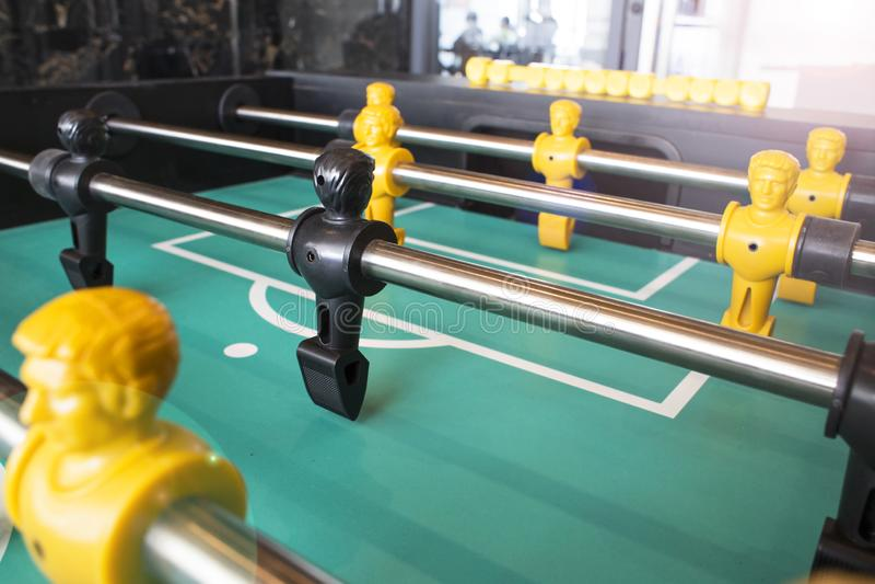 Giocatori neri e gialli del gioco di calcio della Tabella di calcio-balilla fotografia stock libera da diritti
