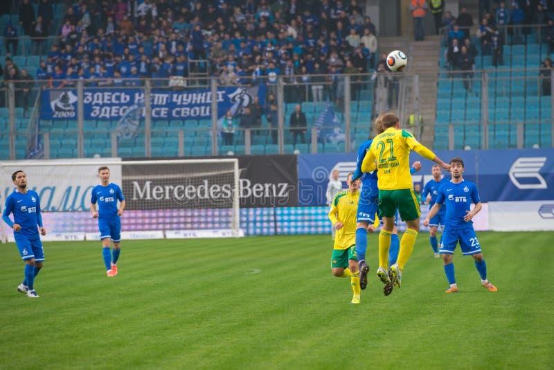 Giocatori non identificati nell'azione durante il gioco di calcio fotografia stock