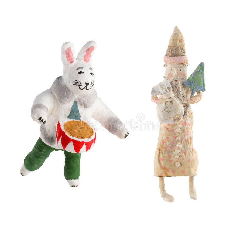 Giocattoli d'annata fatti a mano Santa Claus della cartapesta del nuovo anno e coniglio isolato su fondo bianco fotografia stock