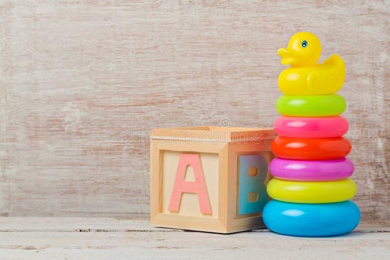 Giocattoli del bambino sulla tavola di legno Sviluppo infantile fotografie stock libere da diritti