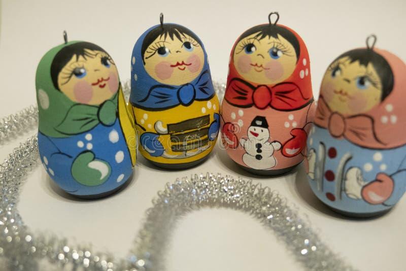 Giocattoli del nuovo anno, piccole bambole russe, giocattoli luminosi, celebrazione fotografia stock libera da diritti