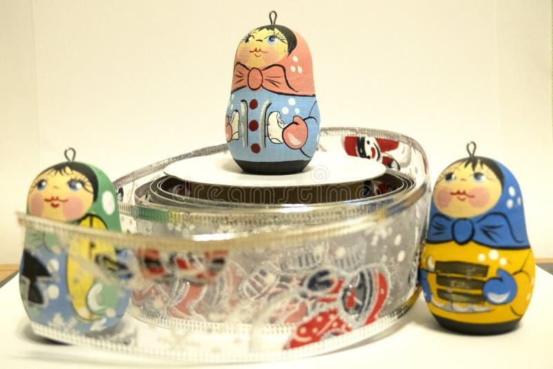 Giocattoli del nuovo anno s, piccole bambole russe, giocattoli luminosi, celebrazione fotografia stock