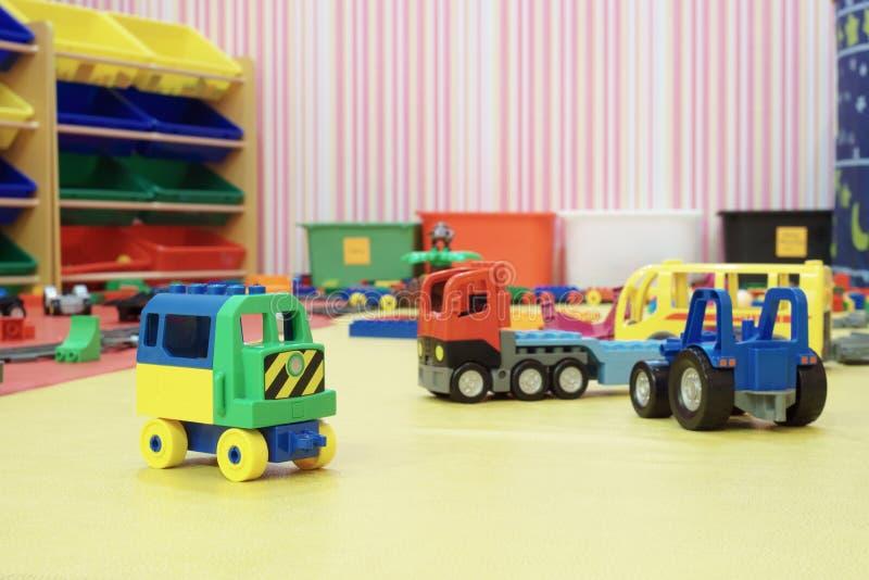 giocattoli dell'automobile della plastica nella sala per i bambini fotografia stock
