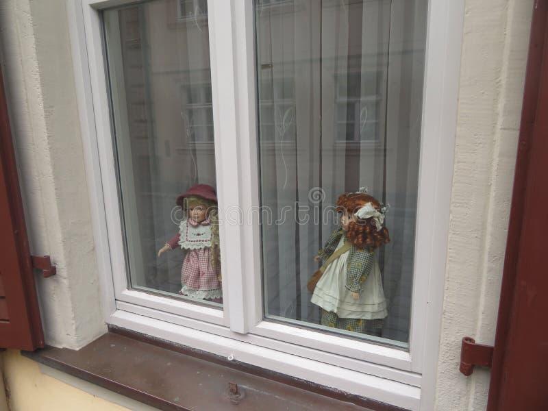 Giocattoli della bambola nella finestra immagine stock libera da diritti