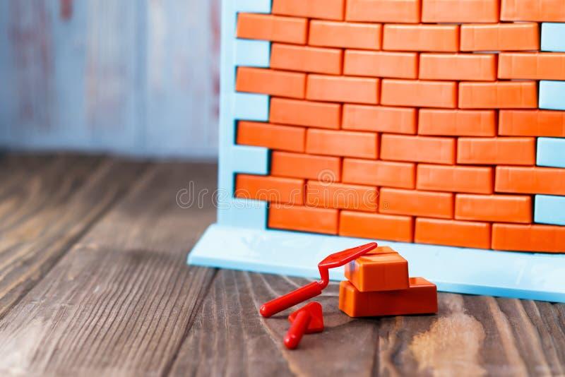 Giocattoli della parete e mattoni rossi abbia tonalità Il concetto dell'acquisto del bene immobile e completamento di costruzione immagine stock
