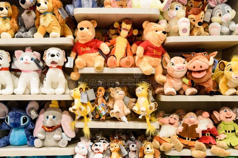 Giocattoli della peluche per i bambini alla vendita in Disney Store fotografia stock libera da diritti