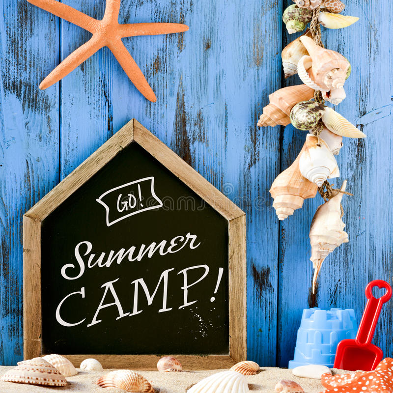 Giocattoli della spiaggia, conchiglie e campeggio estivo del testo immagini stock libere da diritti