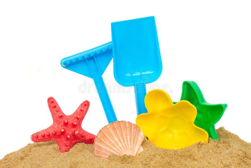 Giocattoli della spiaggia in sabbia immagine stock
