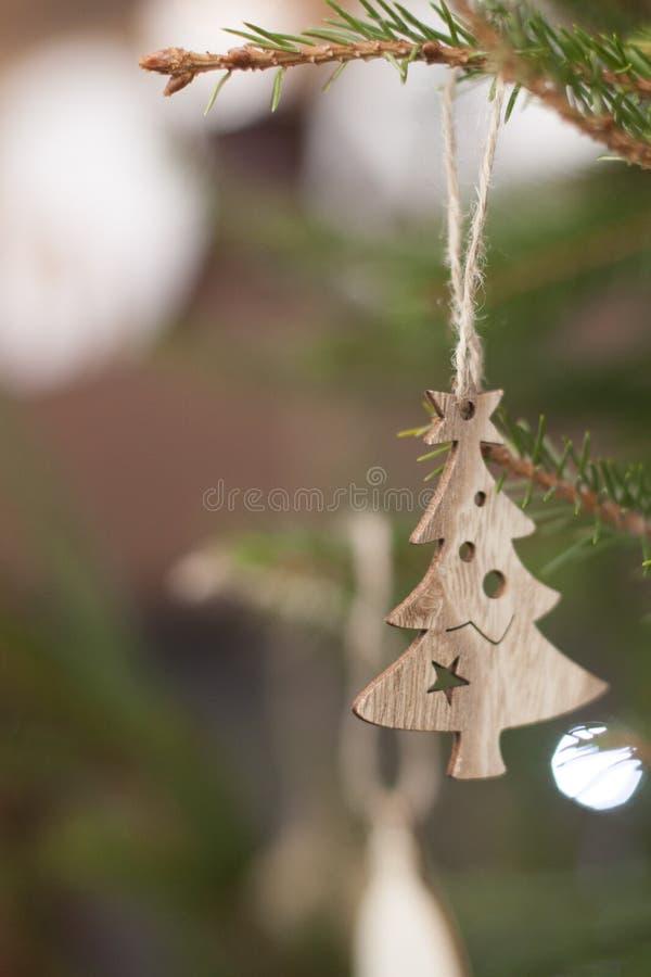 Giocattoli di legno di Eco su un nuovo anno verde vivace dell'albero di Natale fotografie stock