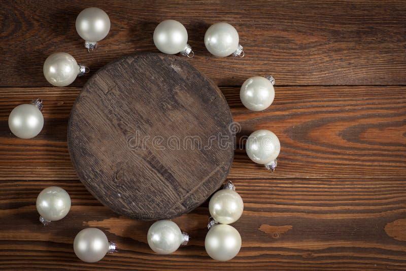 Giocattoli di legno rotondi di natale e del supporto sul conce di legno del fondo fotografia stock