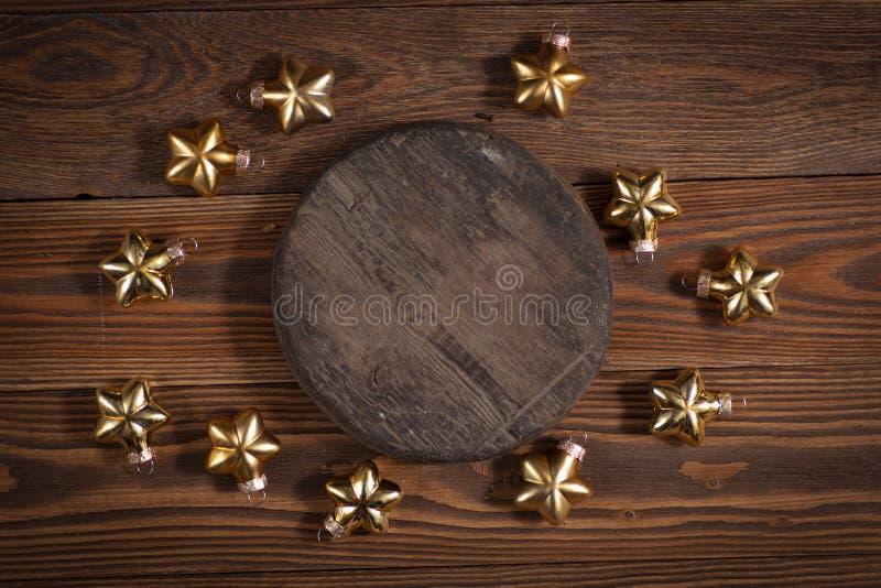 Giocattoli di legno rotondi di natale e del supporto sul conce di legno del fondo immagini stock