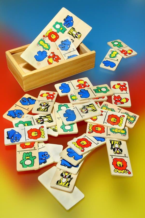Giocattoli di legno su backg variopinto fotografia stock