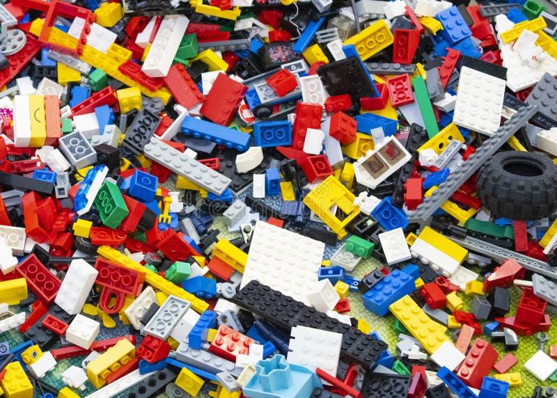 Giocattoli di Lego Brick misti sulla terra fotografie stock libere da diritti