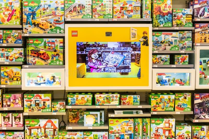 Giocattoli di Lego da vendere in un deposito di lego immagine stock libera da diritti
