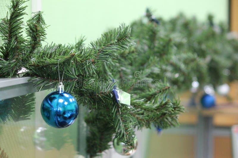 Giocattoli di natale dei rami del pino di natale della decorazione immagine stock