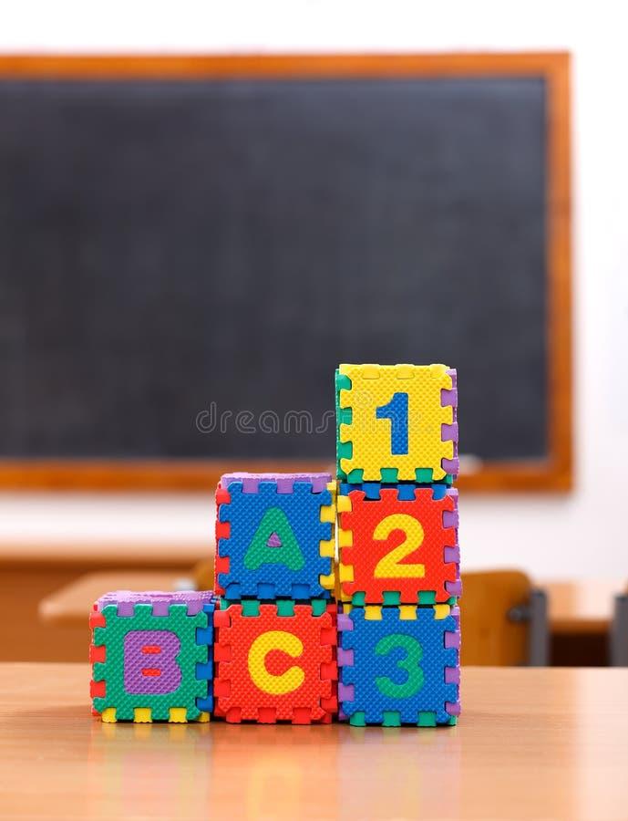 Giocattoli di puzzle di numero e della lettera immagine stock libera da diritti
