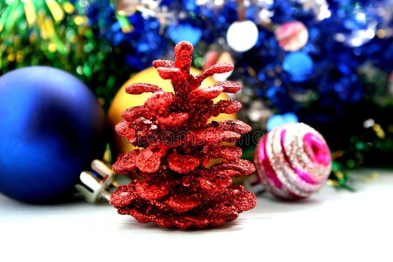 Giocattoli e coni luminosi di Natale per l'abete rosso immagine stock libera da diritti