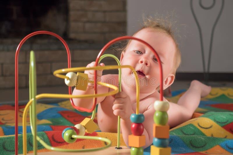 Giocattoli e giochi per i bisogni speciali Sviluppo del bambino Inizio iniziale Giocattoli di sviluppo per i bambini Attività del immagini stock libere da diritti