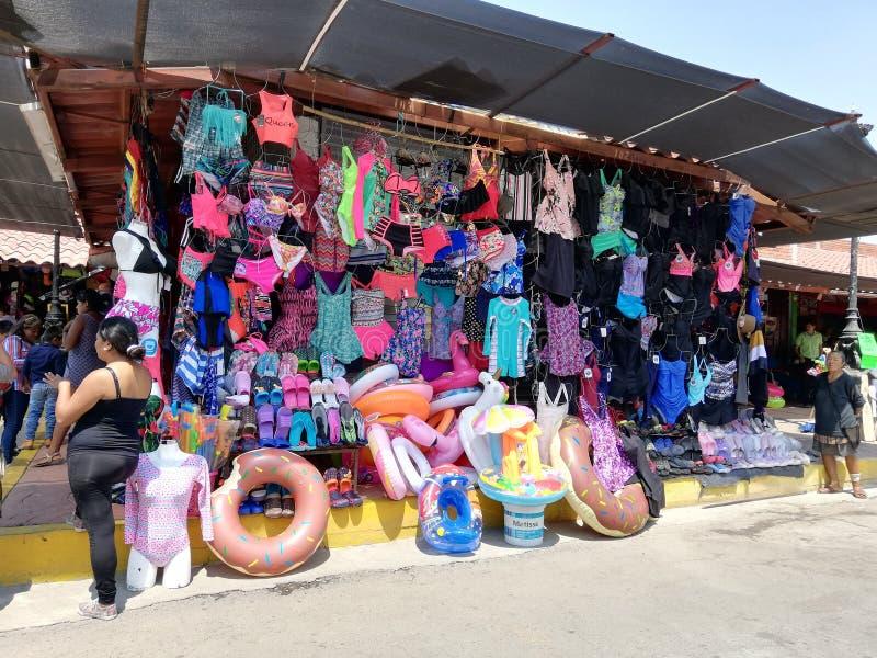 Giocattoli e vestiti gonfiabili della spiaggia fotografia stock