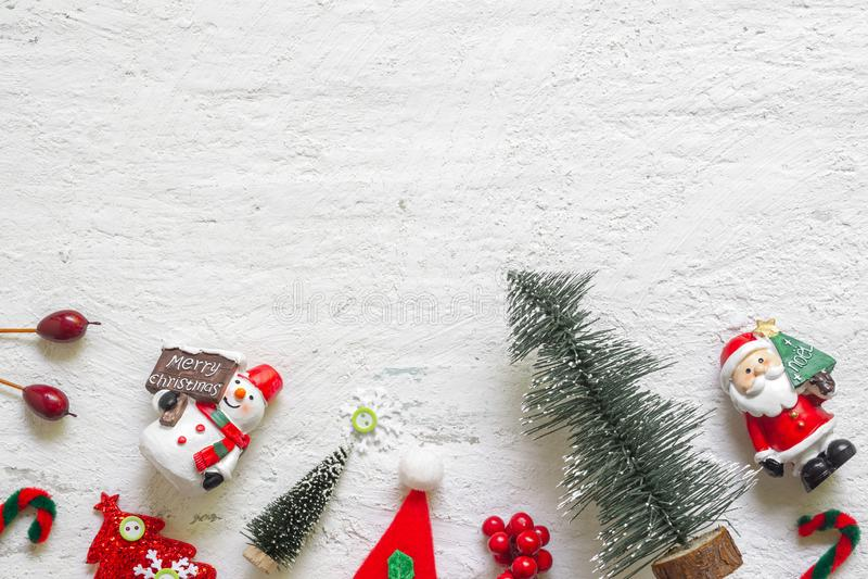 Giocattoli ed ornamenti della decorazione di Natale sulla b di legno bianca rustica fotografia stock libera da diritti