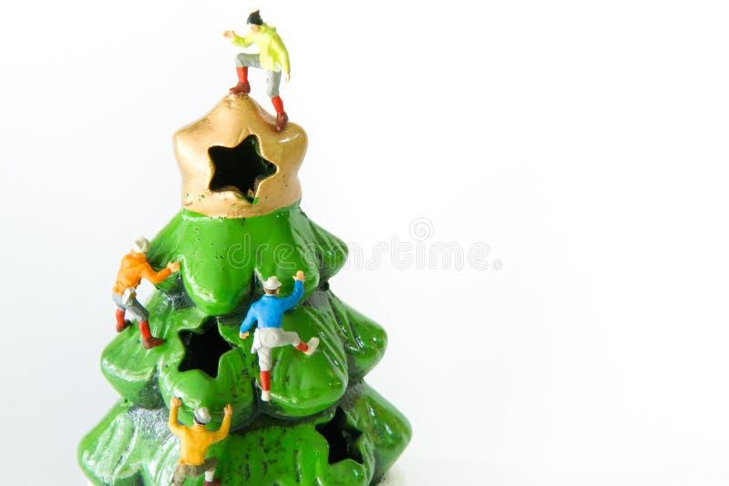 Giocattoli minuscoli che scalano sull'albero di Natale fotografia stock libera da diritti