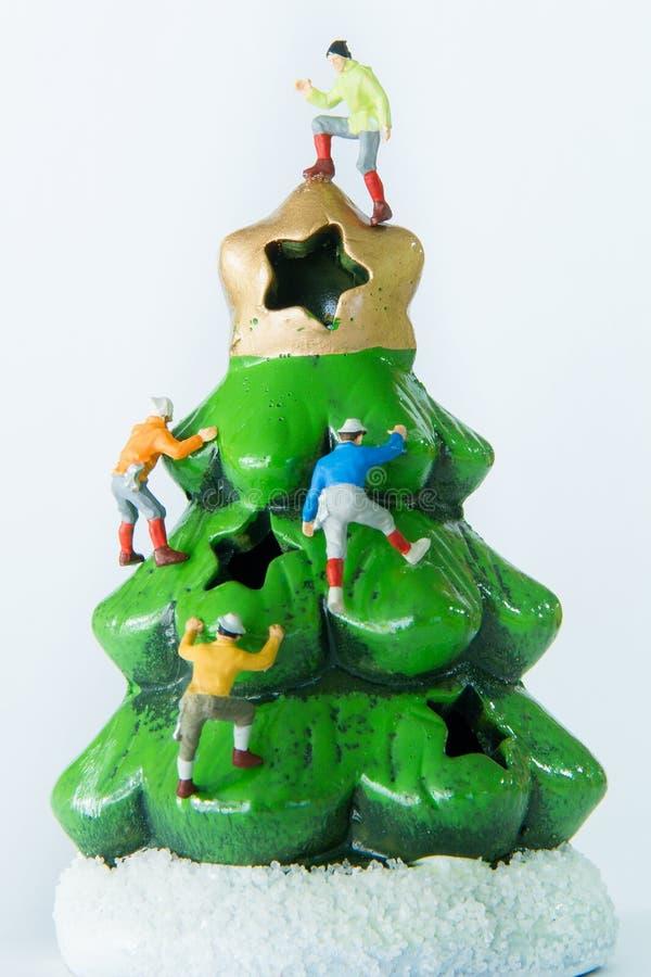 Giocattoli minuscoli che scalano sull'albero di Natale immagine stock libera da diritti