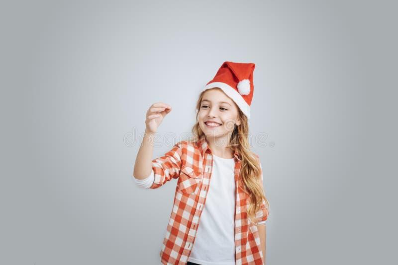 Giocattoli positivi del nuovo anno del holdign della bambina immagine stock