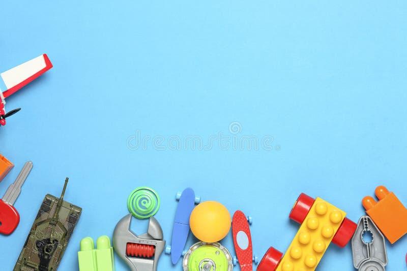 Giocattoli sul blu fotografia stock