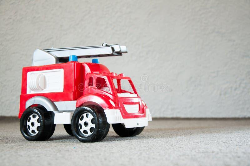 Giocattolo del ` s dei bambini Automobile rossa Vecchio camion dei vigili del fuoco di plastica immagine stock