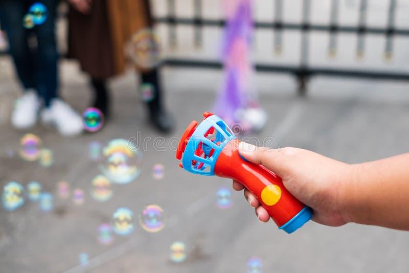 Giocattolo del ventilatore di stampaggio a mano del sapone delle bolle su aria immagini stock libere da diritti